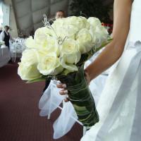Ramo para novia en forma de bouquet con rosas blancas y detalles en plata