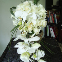 Ramo para novia en forma de cascada con rosas y orquideas phalaenopsis