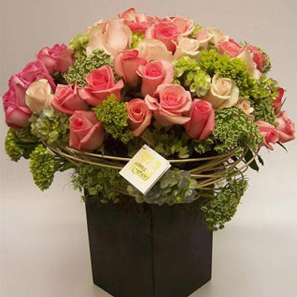 Enviamos arreglos florales a domicilio en el df como este bellísimo arreglo floral con rosas titulado Armonia Coral.