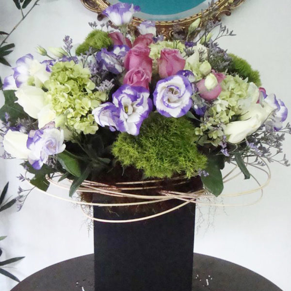 Somos expertos en el envio de flores a domicilio en el DF y área metropolitana. Este impresionante arreglo floral con rosas y licianthus es perfecto para regalar a alguien especial.